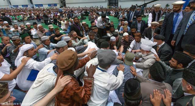 Muslim Ahmadi mengambil sumpah setia (Bai'at) di tangan Hazrat Khalifatul Masih V (aba)