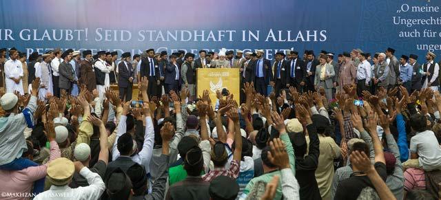 Hazrat Khalifatul Masih V (aba) melambaikan tangan kepada Muslim Ahmadi dalam penutupan Jalsa Salanah Jerman 2015