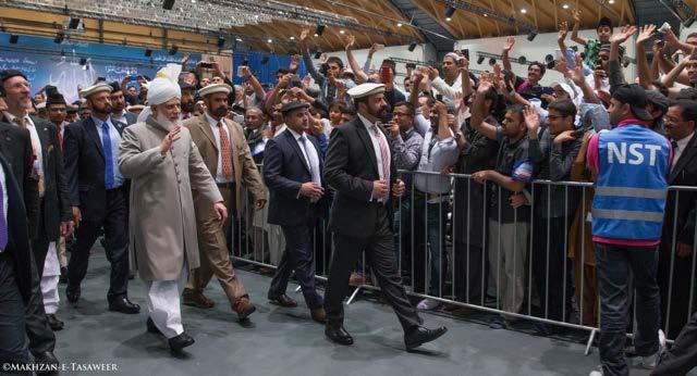Hazrat Khalifatul Masih V (aba) melambaikan tangan kepada Muslim Ahmadi usai penutupan Jalsa Salanah Jerman 2015