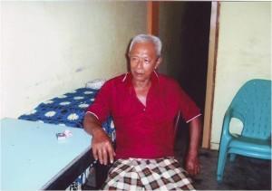 Gambar 2.5. Nasir, salah seorang putra Ahmadi Awalin di Tapaktuan, yang karena kurang mendapat Tarbiyat Jamaat, kini menjadi pengurus Muhammadiyah di Tapaktuan Aceh (foto diambil pada bulan Januari 2007)