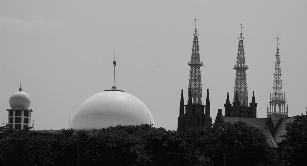 menjaga semua tempat ibadah toleransi